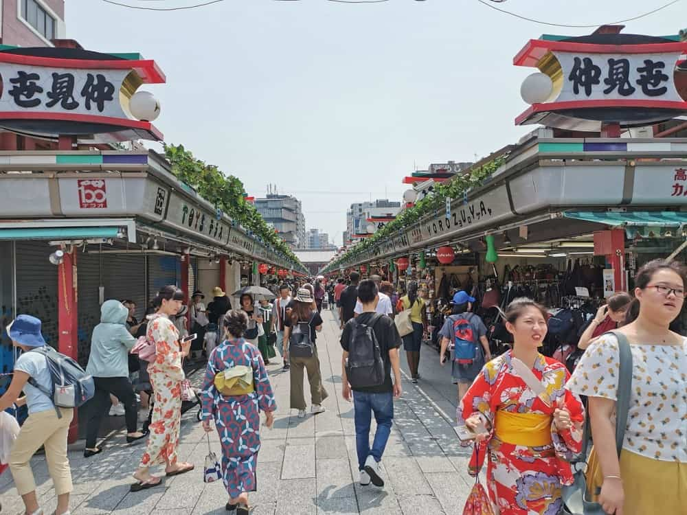 Strada commerciale ad Asakusa Tokyo